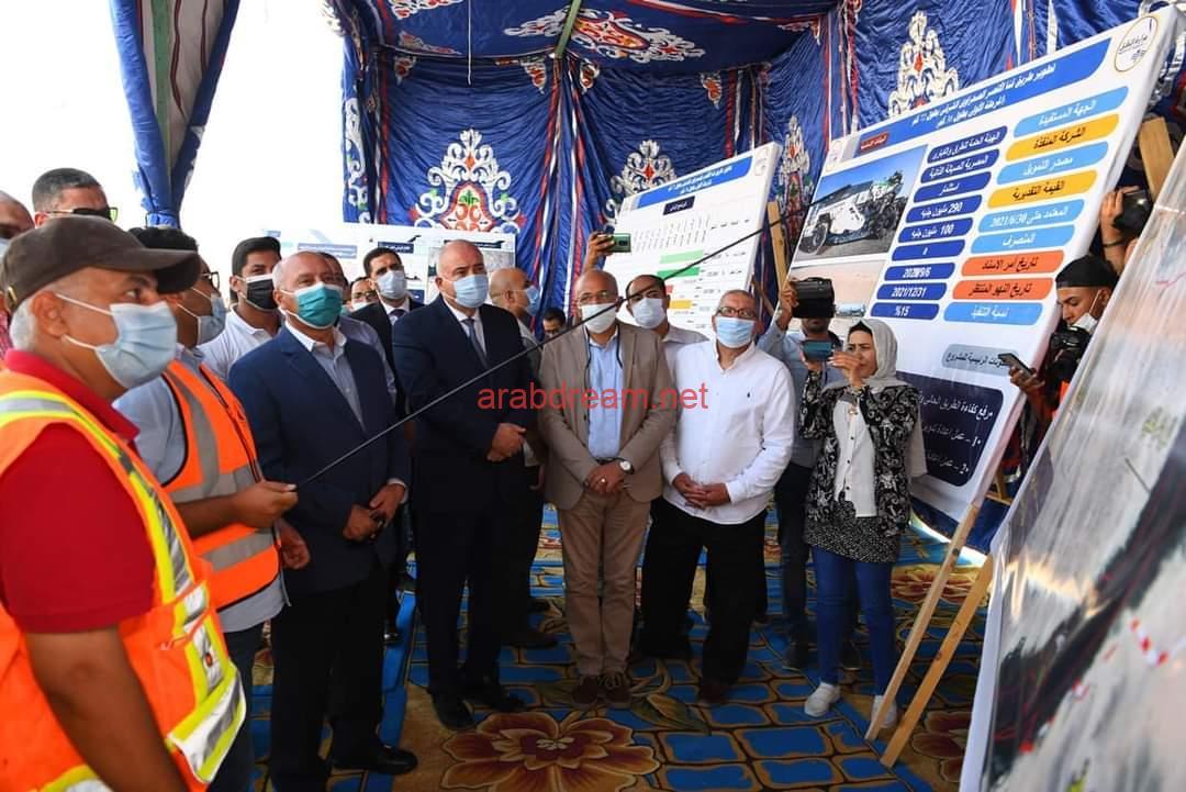 وزير النقل ومحافظ قنا يتفقدا طريق قنا الاقصر الصحراوي الشرقي.