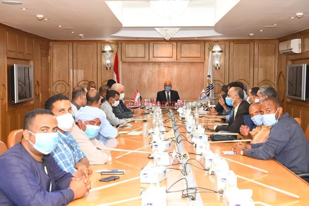 محافظ قنا يعقد اجتماع مع القيادات التنفيذية لمناقشة مشروعات رصف الطريق.