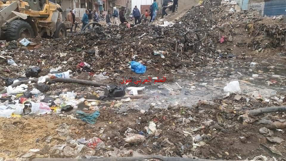 أكوام القمامة وتلال المخلفات والمياه تحاصر نفق عثمان من الجهتين اسفل الدائري والسكان اين المسؤولين؟