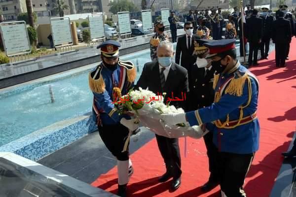 محافظ الأقصر يضع إكليلا من الزهور على النصب التذكاري لشهداء الجيش والشرطة