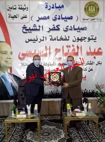 محافظ كفر الشيخ ووزير القوى العاملة يسلمان 9317 وثيقة تأمين
