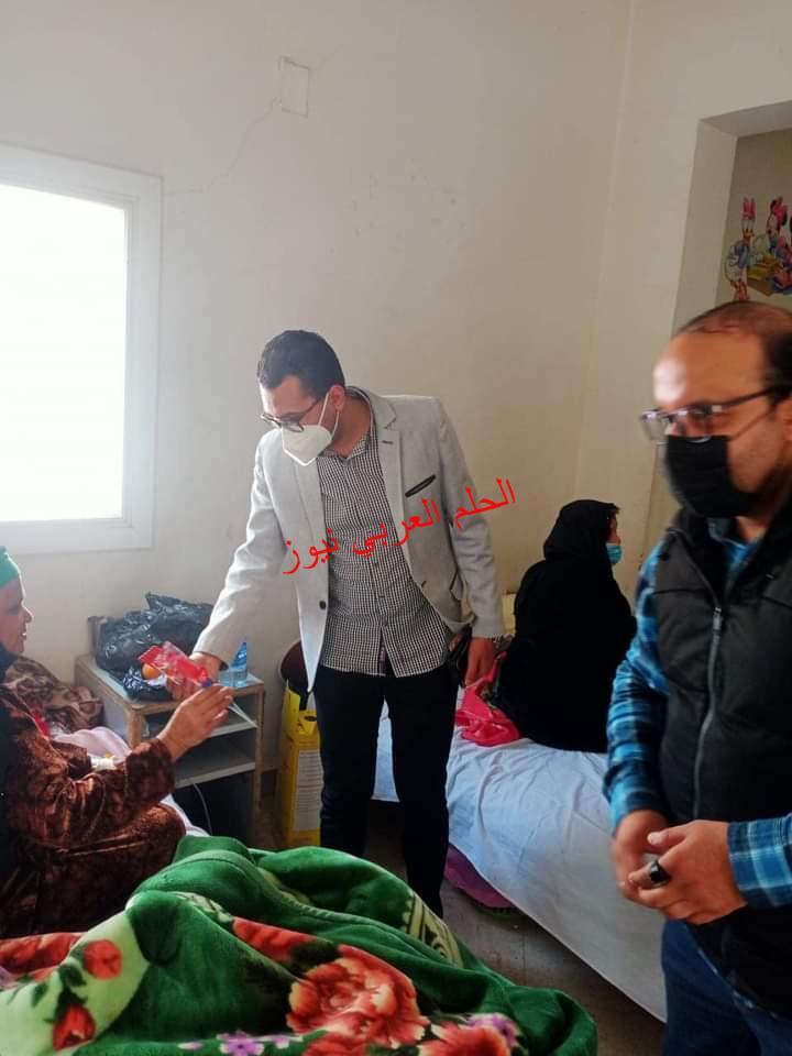 باقات الورود … هدية عيد الأم لمصابات العزل بمستشفى فرشوط المركزى