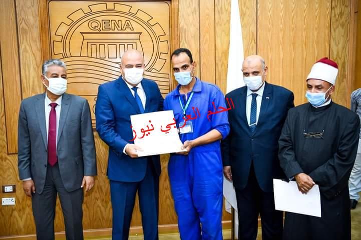 محافظ قنا يكرم 17 عاملا بمسجد القنائي لإخلاصهم في نظافة وتعقيم المسجد