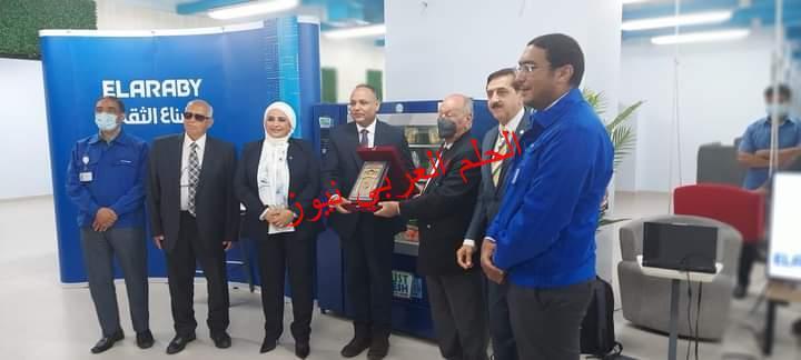 """مجموعة العربي وجامعة مصر للعلوم يحتفلان بتسليم """"آله ذكية لبيع الخضروات والفواكه"""" صناعة مصرية"""