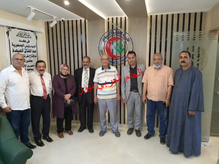 وفد من منظمة الشعوب والبرلمانات العربية يزور نقابة الأطباء