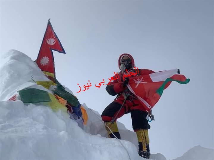 عُمانية ترفع علم السلطنة على ثامن أعلى جبل في العالم